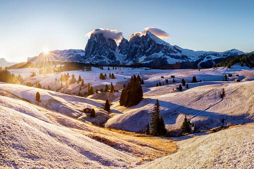 Ski Resort「Panoramic view at sunries of Sasso Lungo and Sasso Piatto  - Alpe di siusi」:スマホ壁紙(1)