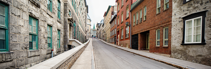 19th Century「Panoramic view of an empty street going uphill in old Quebec City」:スマホ壁紙(17)