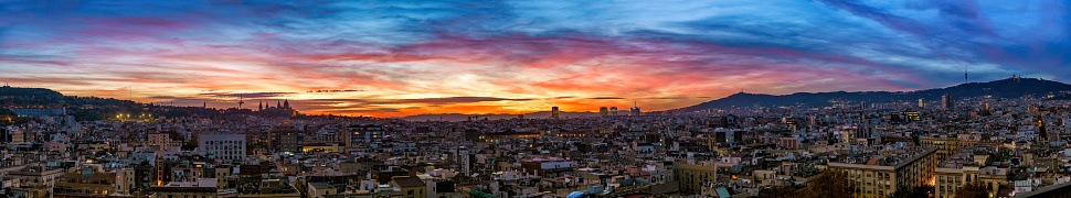 Moody Sky「Panoramic view of a sunset in Barcelona city urban skyline, Spain」:スマホ壁紙(15)