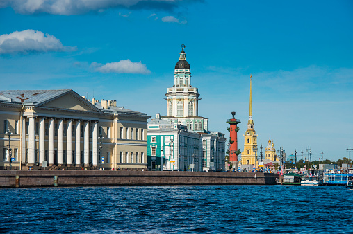 Neva River「Colonial buildings at the Spit of Vasilievsky Island seen from the Neva, St. Petersburg, Russia」:スマホ壁紙(15)