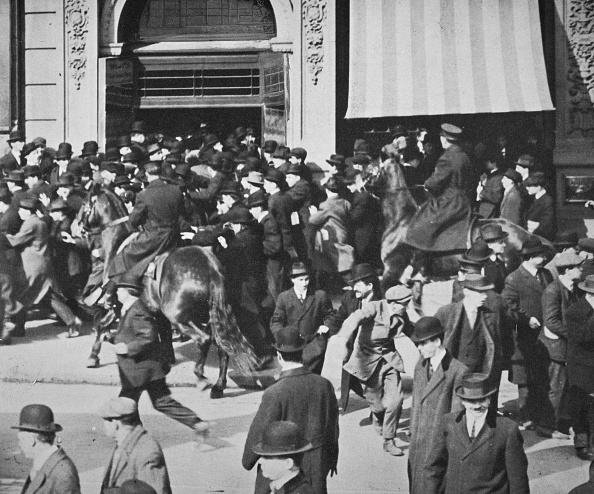 Avenue「Mounted Police Disperse A Crowd Union Square New York City USA Late 19th Or Early 20th Century」:写真・画像(16)[壁紙.com]