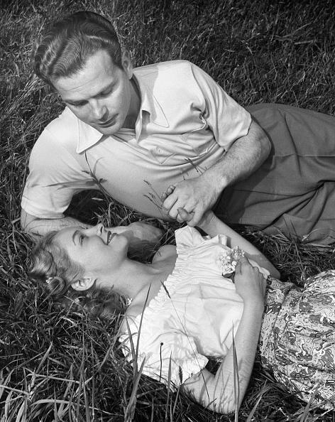 静かな情景「Romantic couple in meadow」:写真・画像(19)[壁紙.com]