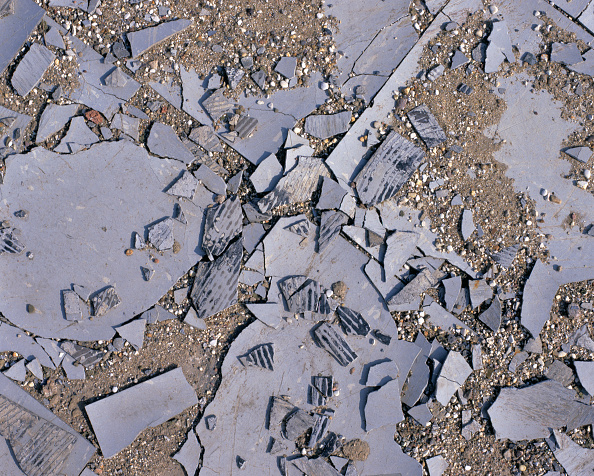 Tile「Broken floor tiles in brownfield site」:写真・画像(2)[壁紙.com]