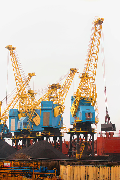 Crane - Construction Machinery「Cranes unloading coal from a container ship on the dockside at a port in Newport, South Wales, UK」:写真・画像(11)[壁紙.com]