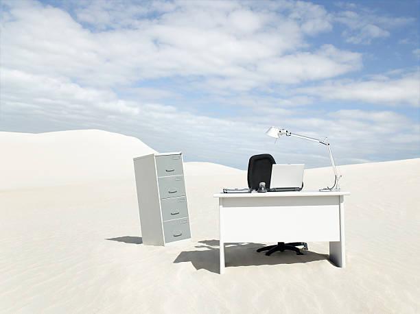 An empty desk in the middle of a desert:スマホ壁紙(壁紙.com)