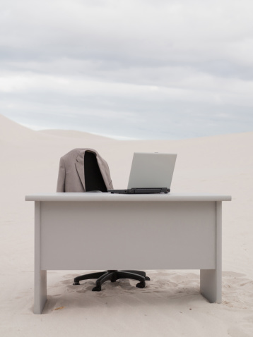 Remote Location「An empty desk in the middle of a desert」:スマホ壁紙(5)