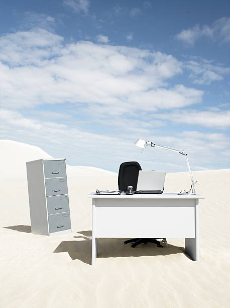 An empty desk in the middle of a desert:スマホ壁紙(壁紙.com)
