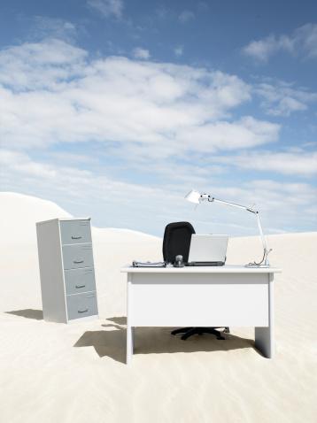 Hopelessness「An empty desk in the middle of a desert」:スマホ壁紙(13)