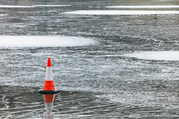 Frost「A traffic cone placed on the ice on Rydal Water in the Lake District, UK.」:写真・画像(17)[壁紙.com]