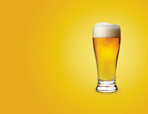 ビール「Glass of beer on colored background」:スマホ壁紙(6)