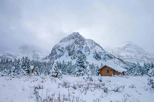 Fog, Cabin and Snow at Mount Assiniboine Provincial Park, Canada.:スマホ壁紙(壁紙.com)