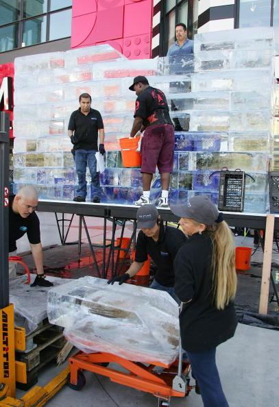 Ice Sculpture「Las Vegas Magician Nathan Burton Encases Himself In Ice」:写真・画像(14)[壁紙.com]