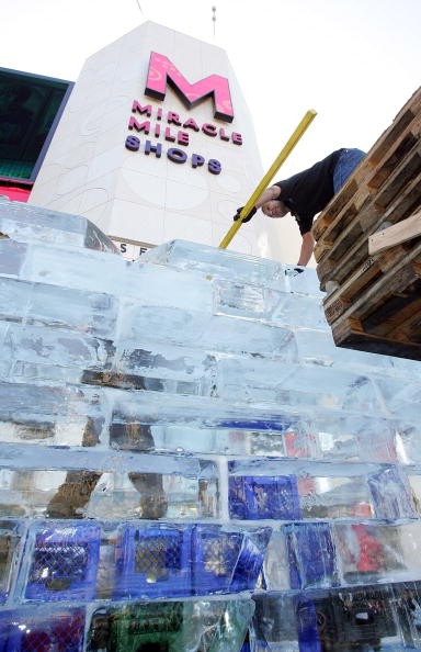 Ice Sculpture「Las Vegas Magician Nathan Burton Encases Himself In Ice」:写真・画像(2)[壁紙.com]