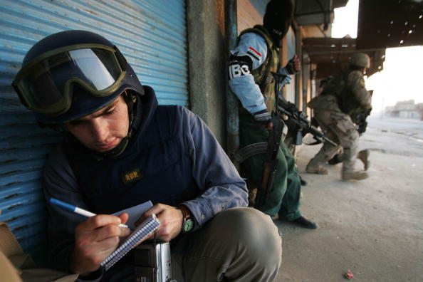 Writing「U.S. Troops And Iraqi Police Fight Gunbattle In Tal Afar」:写真・画像(3)[壁紙.com]