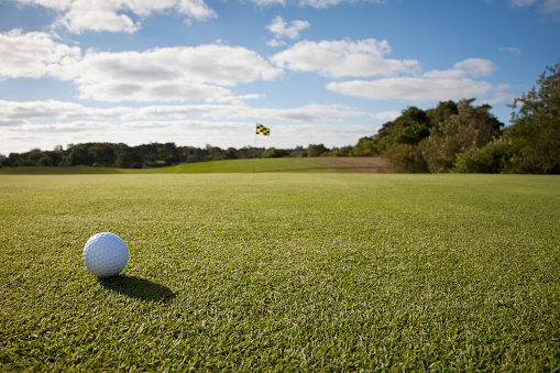 Approaching「USA, Massachusetts, Golf ball on grass in golf course」:スマホ壁紙(5)
