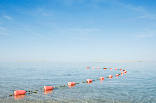 cloud「USA, Massachusetts, Cape Cod, Rope with buoys on calm sea」:スマホ壁紙(17)