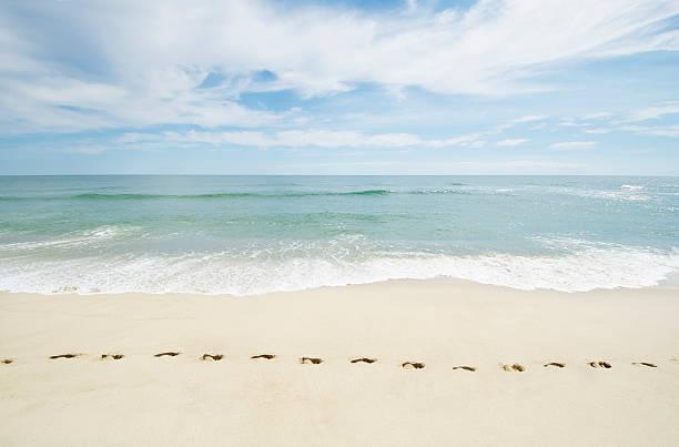 USA, Massachusetts, Footprints on empty beach:スマホ壁紙(壁紙.com)