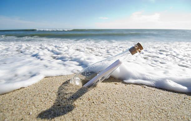 USA, Massachusetts, Nantucket Island, Message in bottle:スマホ壁紙(壁紙.com)
