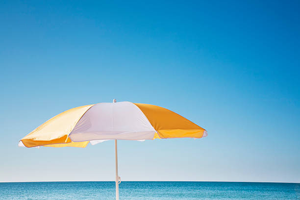 USA, Massachusetts, Nantucket, Beach umbrella by sea:スマホ壁紙(壁紙.com)