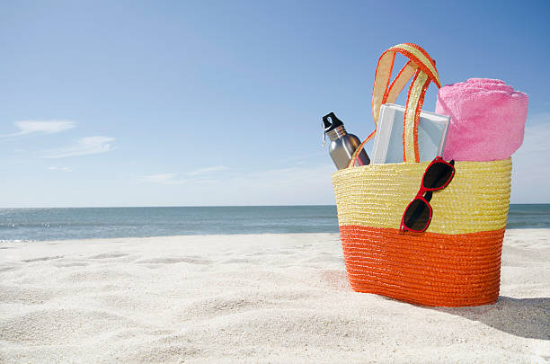 USA, Massachusetts, Nantucket, Beach bag with accessories:スマホ壁紙(壁紙.com)