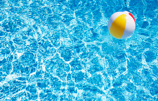 明るい色「USA, Massachusetts, Nantucket, Beach ball in swimming pool」:スマホ壁紙(12)