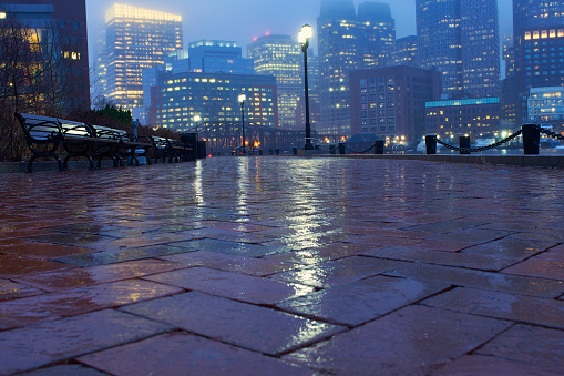 雨「USA, Massachusetts, Boston, Fan Pier, Sidewalk on rainy evening」:スマホ壁紙(7)