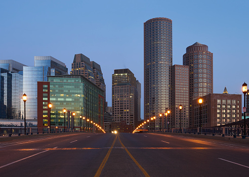Urban Road「USA, Massachusetts, Boston, Moakley Bridge, Empty city street with financial district in background」:スマホ壁紙(2)