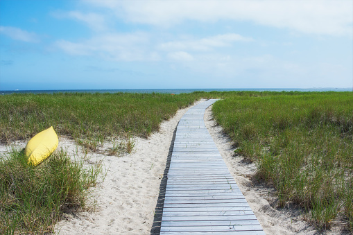 ビーチ「USA, Massachusetts, Cape Cod, Provincetown, Empty boardwalk leading to Cape Cod Bay」:スマホ壁紙(12)