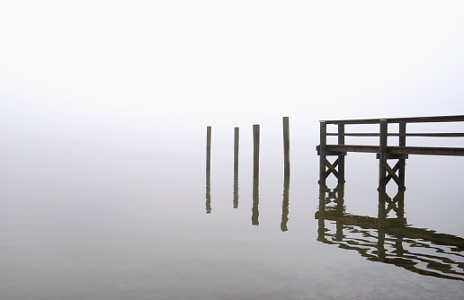 Wooden Post「USA, Massachusetts, Cape Cod, Eastham, Wooden posts and jetty in fog」:スマホ壁紙(9)