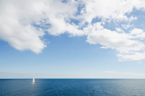 Atlantic Ocean「USA, Massachusetts, Nantucket, Cape Cod, Lonely sailboat on ocean」:スマホ壁紙(19)