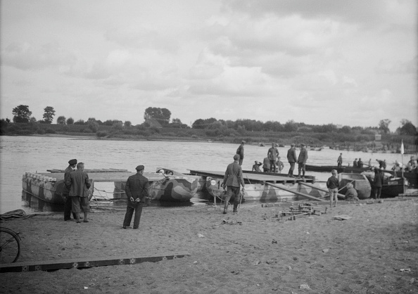 Water's Edge「German Soldiers On Pontoons」:写真・画像(10)[壁紙.com]