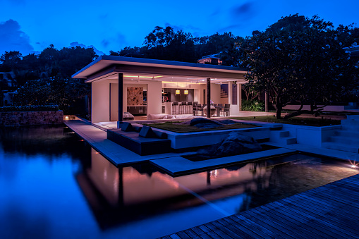 Chalet「Luxury Home Island Villa At Twilight With Trees And Reflections In Water」:スマホ壁紙(18)