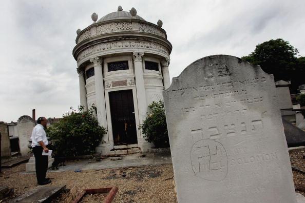 Hate Crime「Graves Are Desecrated In Anti-Semitic Attack」:写真・画像(3)[壁紙.com]