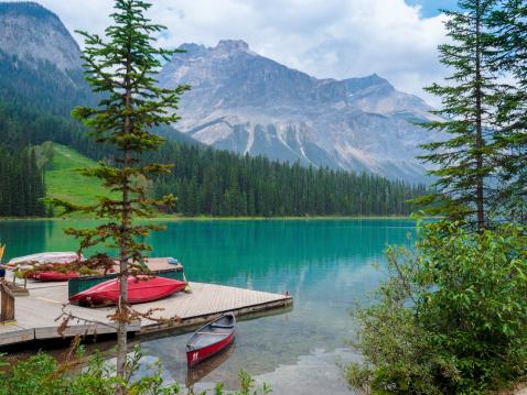 Canoeing「Canoes at Emerald Lake-Tranquil Scene」:スマホ壁紙(17)