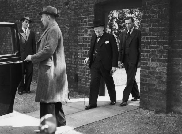 Four People「Churchill On VE Day」:写真・画像(1)[壁紙.com]