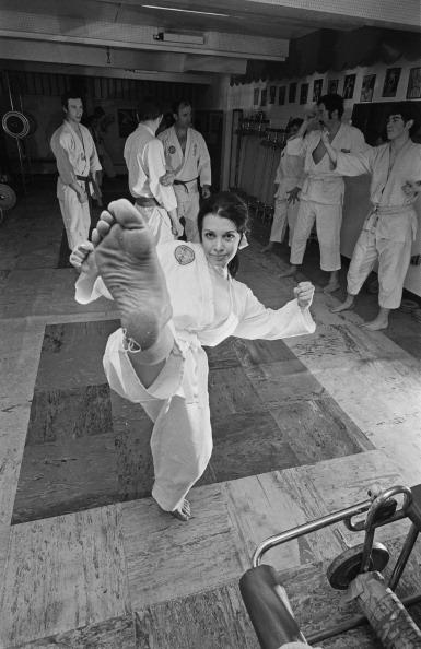 女「Karate Kicking Actress」:写真・画像(8)[壁紙.com]