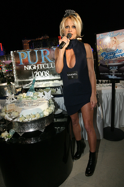 Mini Dress「Pamela Anderson Hosts The New Years Eve Celebration At PURE」:写真・画像(6)[壁紙.com]