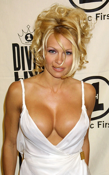 """Cleavage - Breasts「Celebs Attend """"VH1 Divas Live"""" in New York City」:写真・画像(18)[壁紙.com]"""