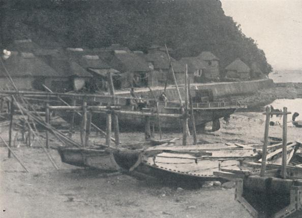 千葉県「'Tai-no-ura - Tiny houses on a margin of sand with fishing boats', c1900, (1921)」:写真・画像(18)[壁紙.com]