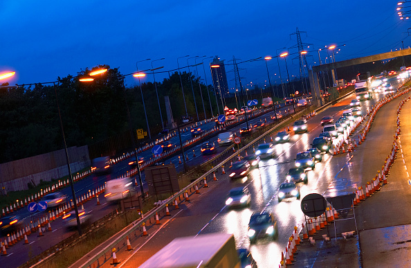 Light Trail「Evening rush hours during roadworks Traffic on the M60 motorway, Manchester, UK」:写真・画像(3)[壁紙.com]