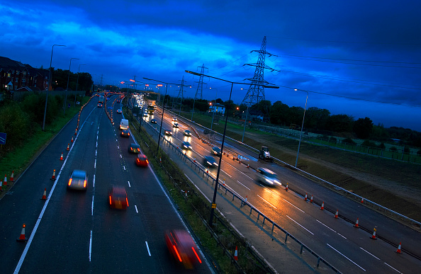 Dawn「Evening rush hours during roadworks Traffic on the M60 motorway, Manchester, UK」:写真・画像(18)[壁紙.com]