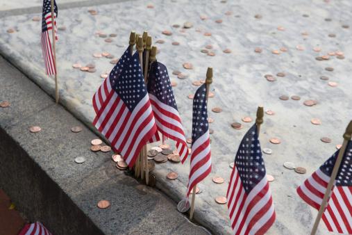 Patriotism「U.S. flags at Benjamin Franklin's gravesite」:スマホ壁紙(8)
