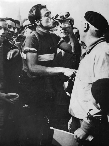 自転車・バイク「The Italian Cyclist Raffaele Di Paco As The Winner Of The Third Stage Of The Tour De France. Metz. 1935. Photograph.」:写真・画像(18)[壁紙.com]