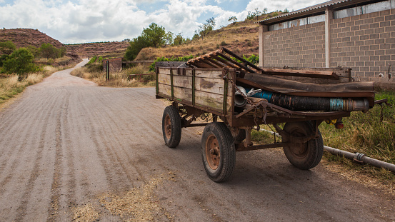 Camino De Santiago「Old cart on a quite road, La Rioja, Spain」:スマホ壁紙(3)