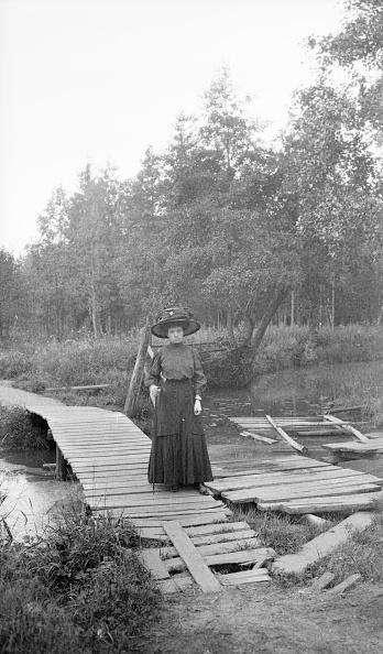 1900「Woman On Broken Bridge」:写真・画像(5)[壁紙.com]