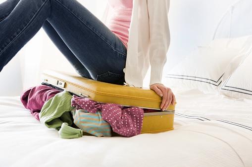 雪「Young Woman Packing Luggage」:スマホ壁紙(11)