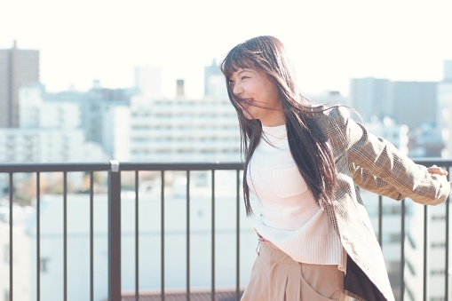 Serene People「Young woman outside on sunny winter day」:スマホ壁紙(14)