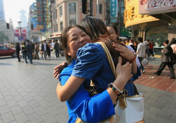 Young Adult「Chinese Youths Offer Free Hugs To Strangers At Downtown Shanghai」:写真・画像(19)[壁紙.com]