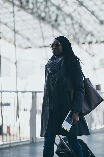 ファッションモデル「空港荷物を引っ張る若い女性」:スマホ壁紙(14)