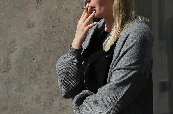 Cigarette「Office Worker On Cigarette Break」:写真・画像(4)[壁紙.com]